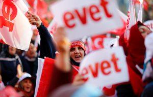 Ο Ερντογάν «διαβάζει» τις δημοσκοπήσεις και βλέπει προβάδισμα του «ναι»