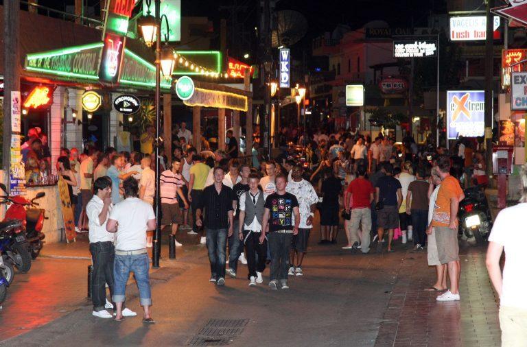 Ηράκλειο: Μεθυσμένοι τουρίστες τα έκαναν γυαλιά-καρφιά…   Newsit.gr