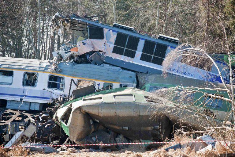 Τρένο συγκρούστηκε με φορτηγό, 30 νεκροί | Newsit.gr