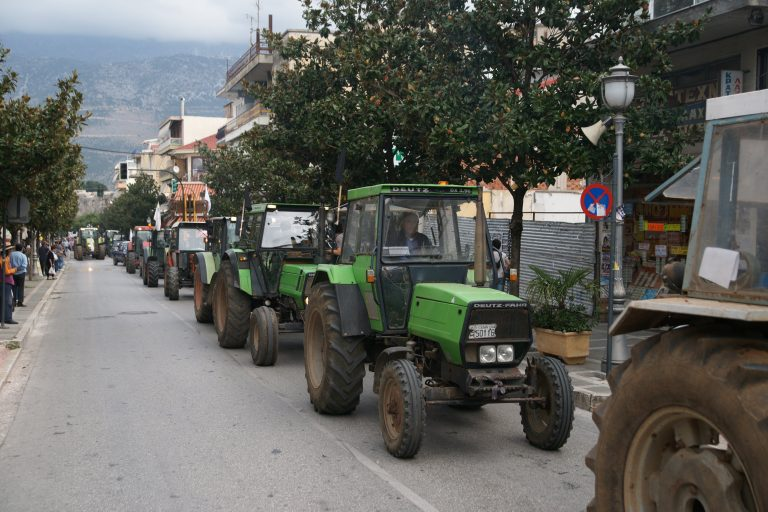 Θεσσαλία: Με τα τρακτέρ στις πλατείες οι αγρότες | Newsit.gr