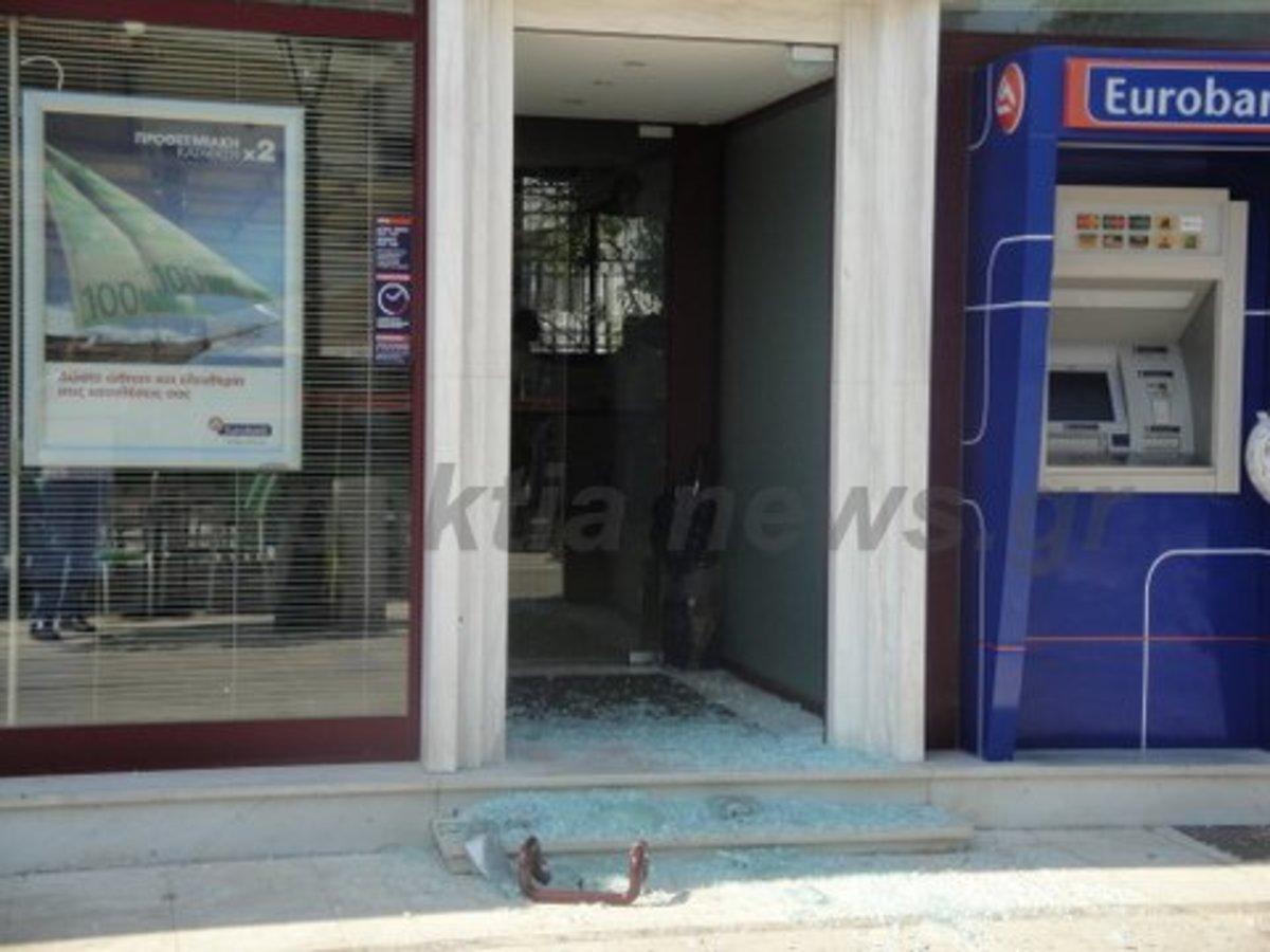 Ναύπακτος: Έσπασαν με βαριοπούλα την πόρτα και άδειασαν το ταμείο – Video | Newsit.gr