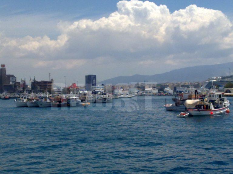 Οι τράτες άνοιξαν το λιμάνι – Θα το κλείσει ξανά η ΠΝΟ τη Δευτέρα για το Zenith | Newsit.gr