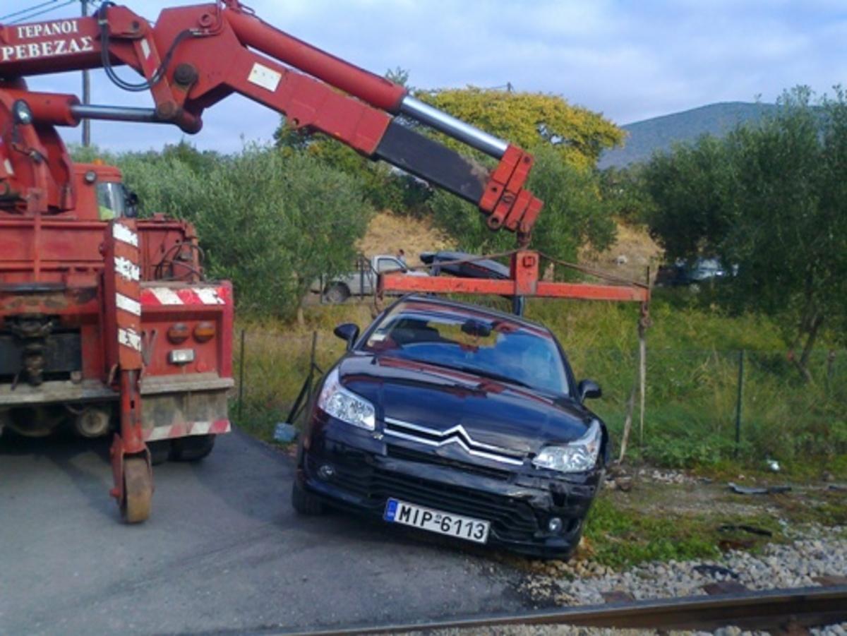 Στυλίδα: Συγκρούστηκε με τρένο και γλίτωσε από θαύμα – Φωτό | Newsit.gr