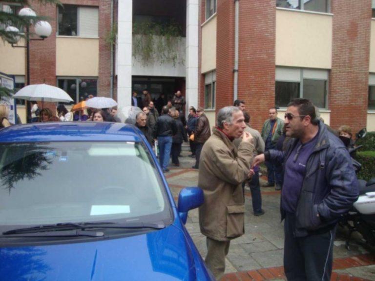 Τρίκαλα: Κατάληψη του δημαρχείου από συμβασιούχους | Newsit.gr