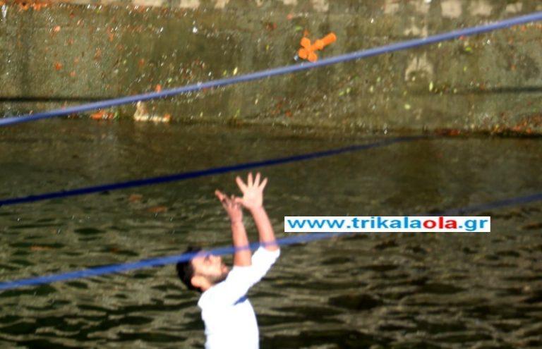 Τρίκαλα: Έπιασε το σταυρό στον αέρα! Φωτό και Video | Newsit.gr