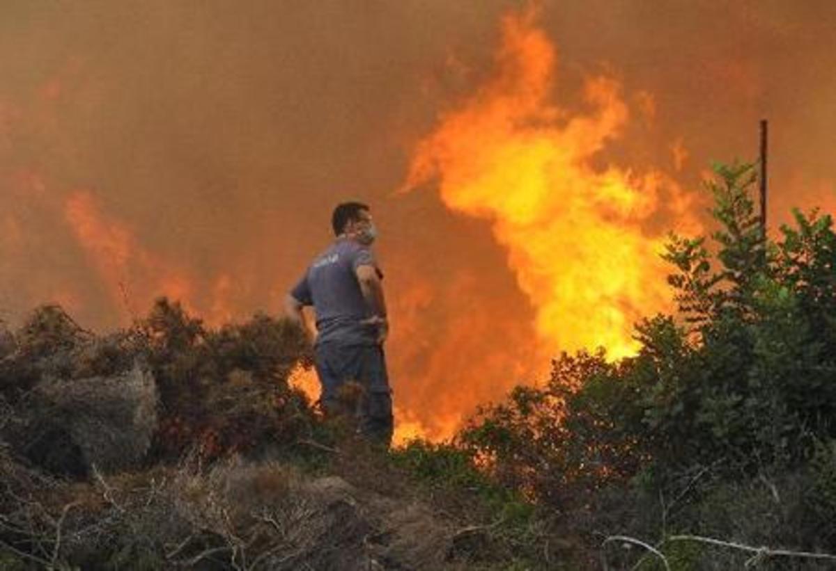 Στις φλόγες και η Κύθνος – Ένας πυροσβέστης για ολόκληρο το νησί! | Newsit.gr