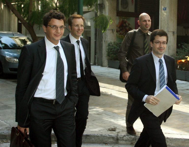 Με… καβουράκι και γυαλιά οι τροϊκανοί για να αποφύγουν τους τρομοκράτες! | Newsit.gr