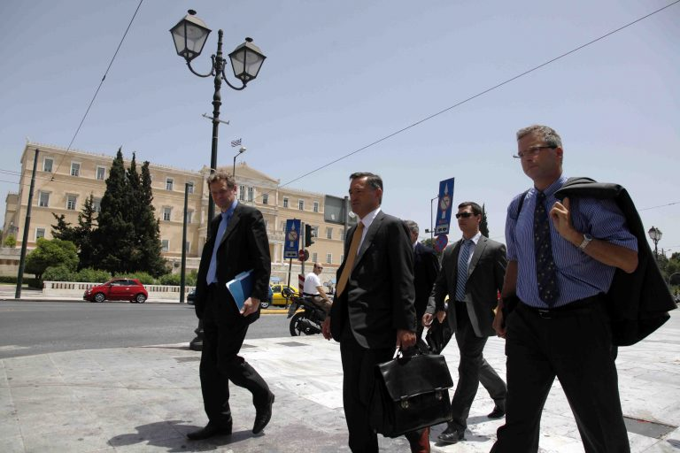 Αγριεμένοι επιστρέφουν οι ελεγκτές – Στο τραπέζι μειώσεις μισθών στον ιδιωτικό τομέα και περικοπές των δώρων – «Ψαλίδι» και σε κοινωνικά επιδόματα | Newsit.gr