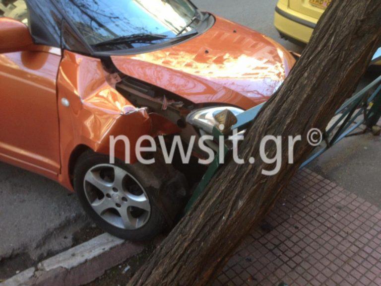 Κολωνάκι: Αυτοκίνητο έπεσε πάνω σε στάση λεωφορείου [pics, vid] | Newsit.gr