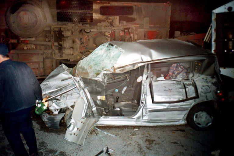 Φωκίδα: »Λύγισε» ο οδηγός αυτοκινήτου που συγκρούστηκε με φορτηγό! | Newsit.gr