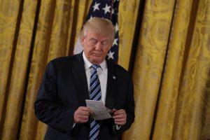 """Τραμπ: """"Αυτή είναι η θαυμάσια η επιστολή που μου άφησε ο Ομπάμα"""" [vid]"""