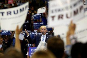 Τραμπ και Σάντερς προγραμματίζουν μεταξύ τους debate, υποβαθμίζοντας την Χίλαρι