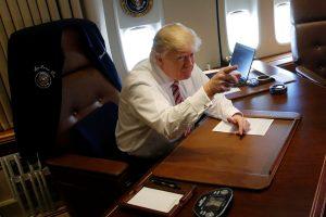 Η πρώτη του Τραμπ με το Air Force One και η παράδοση που «έσπασε» [pics, vids]