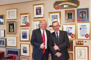 Μέσα στο γραφείο του Τραμπ! Εξώφυλλα του Playboy, μετάλλια και… ένα μπούμερανγκ!