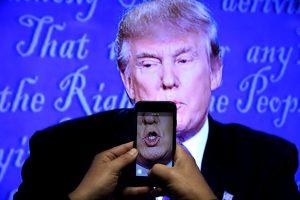 Debate – Το twitter «απαντά»: Γιατί σνίφαρε ο Τραμπ;