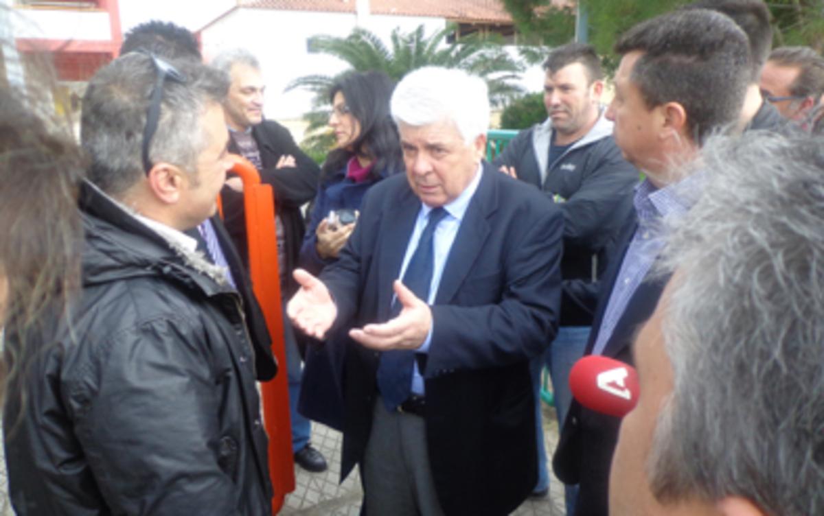 Βοιωτία: Φραστική επίθεση στον Τσαυτάρη την ώρα που μοίραζε φρούτα! | Newsit.gr