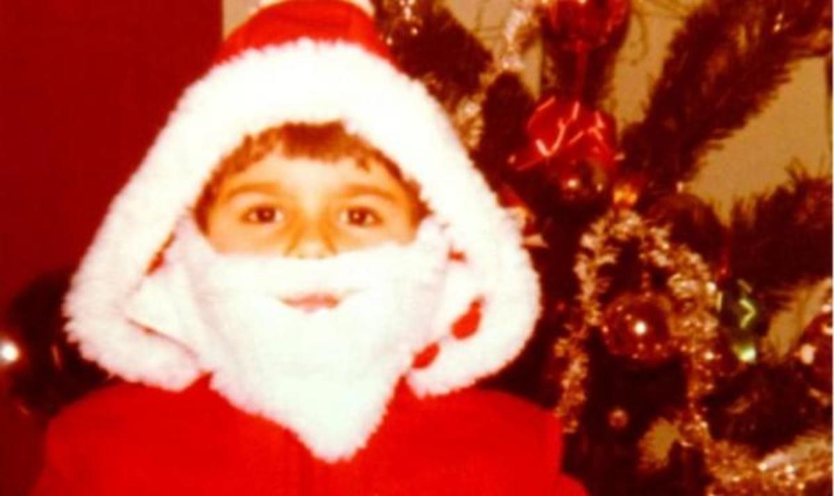 Ποιος διάσημος Έλληνας τραγουδιστής είναι ο μικρός Άγιος Βασίλης της φωτογραφίας; | Newsit.gr