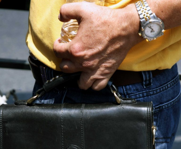Πρέβεζα: Ο έντιμος και ο… «γάιδαρος» – Παρέδωσε τσάντα και δεν άκουσε ούτε ένα ευχαριστώ | Newsit.gr