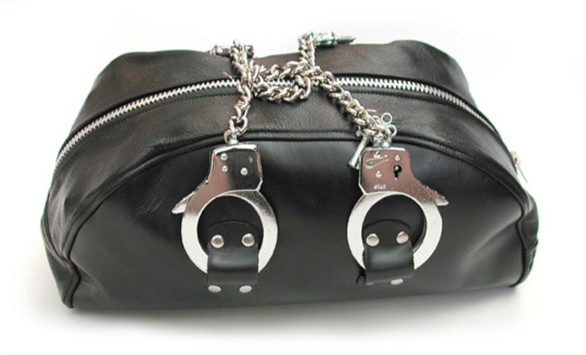 Χειροπέδες, τώρα και σε τσάντα! | Newsit.gr
