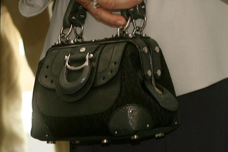 Τρίκαλα: Γυναίκα άρπαξε από τσάντα 8.5 χιλιάδες ευρώ! | Newsit.gr