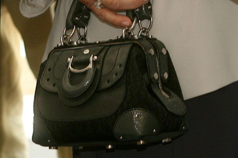 Της επέστρεψαν την τσάντα και μαζί το κινητό του… κλέφτη! | Newsit.gr