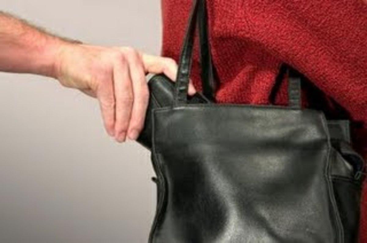 Θεσσαλονίκη: Της βούτηξαν την τσάντα που είχε 10.000€! | Newsit.gr