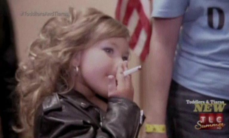 Τετράχρονη καπνίζει στη σκηνή του εξοργιστικού ριάλιτι με τα παιδικά καλλιστεία | Newsit.gr