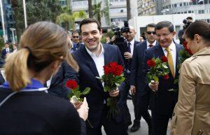 Κόκκινα τριαντάφυλλα από Τσίπρα και Νταβούτογλου στις γυναίκες στη Σμύρνη – ΦΩΤΟ