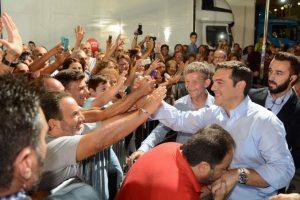 Εκλογές 2015: Ποιος φίλησε το χέρι του Αλέξη Τσίπρα; (ΦΩΤΟ)