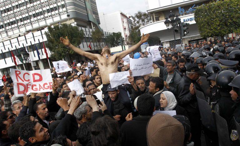 Τυνησία: Εκατοντάδες διαδηλωτές ζητούν την παραίτηση της μεταβατικής κυβέρνησης | Newsit.gr