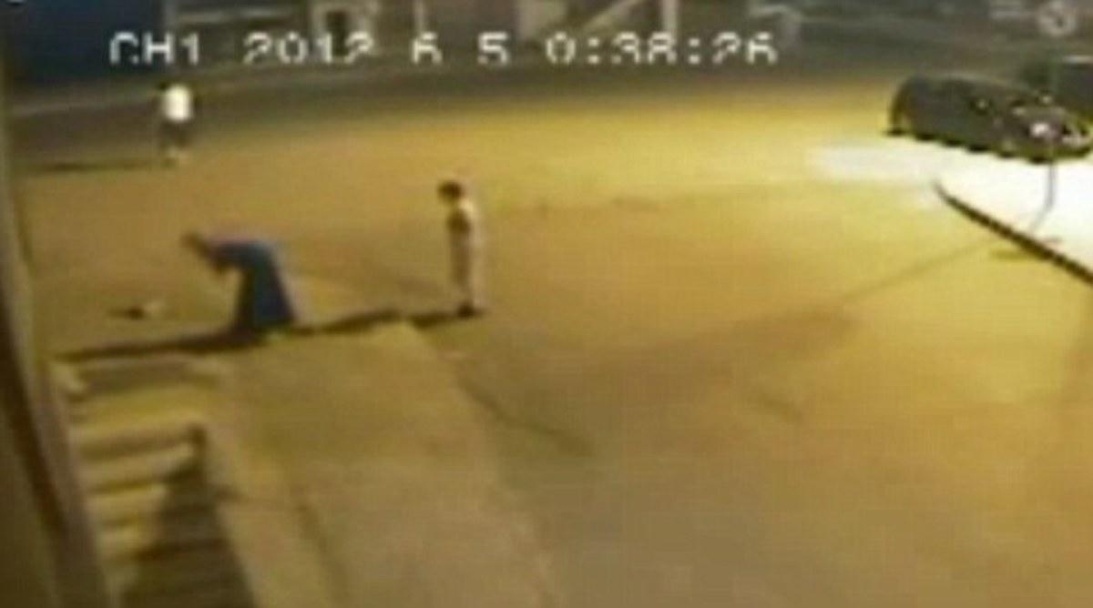 ΑΠΙΣΤΕΥΤΟ! Έφηβη γεννά στη μέση του δρόμου και παρατάει το βρέφος (VIDEO) | Newsit.gr