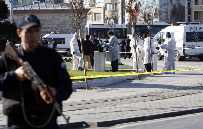Νύχτα τρόμου με ένα νεκρό στην Κωνσταντινούπολη – Ήθελαν να ανατινάξουν αστυνομικό τμήμα! | Newsit.gr