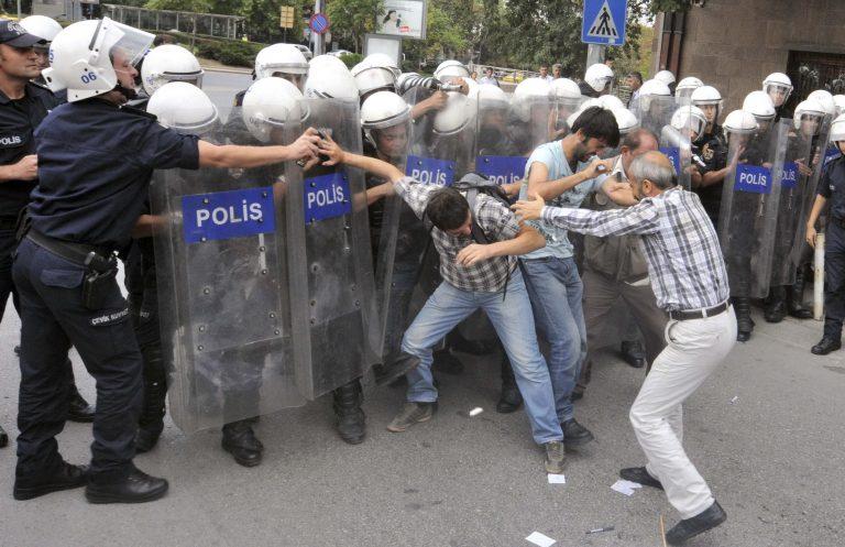 «Οι Σύροι είναι αδέρφια μας» – Διαδηλώσεις και… δακρυγόνα στην Άγκυρα   Newsit.gr