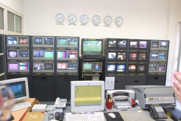 Νέο ντου κουκουλοφόρων με γιαούρτια σε τηλεοπτικό σταθμό των Ιωαννίνων! | Newsit.gr