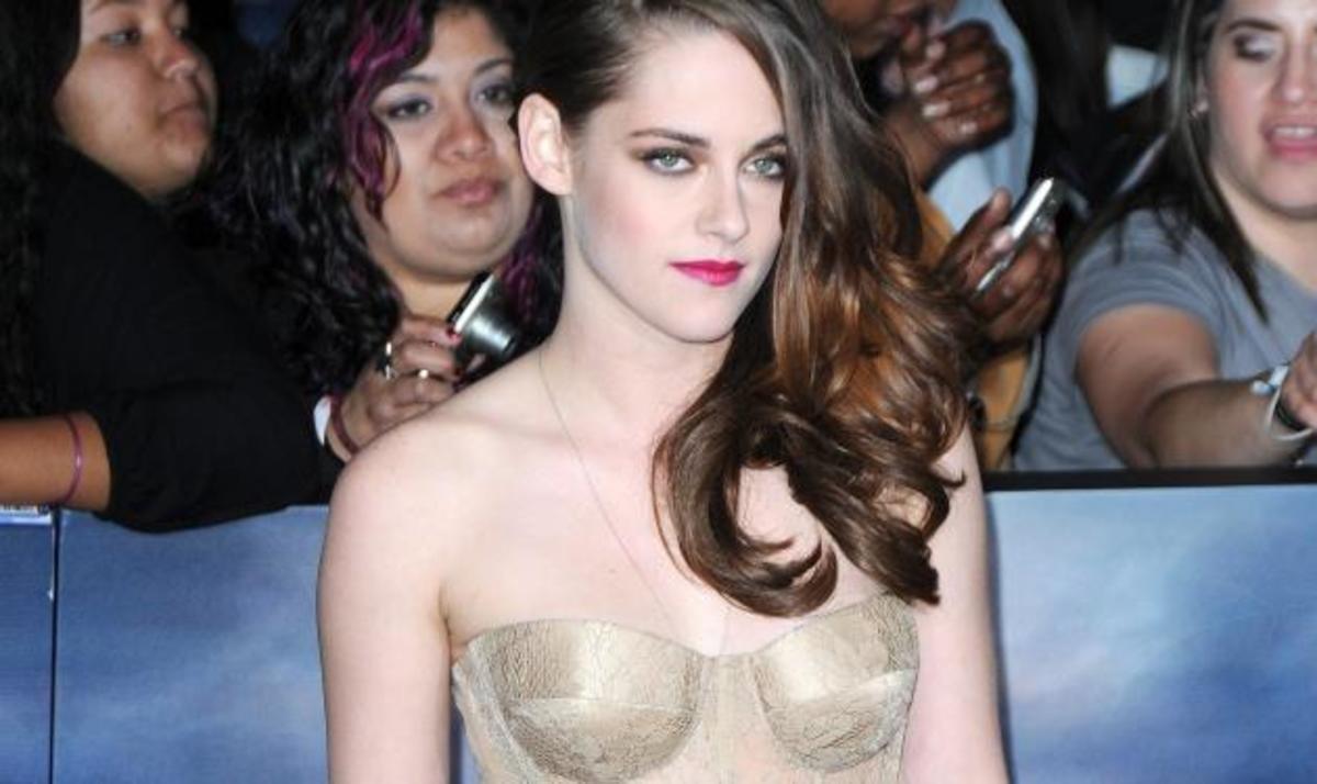 K. Stewart: Με αποκαλυπτικό φόρεμα στο πλευρό του R. Pattinson στην πρεμιέρα του Twilight! | Newsit.gr