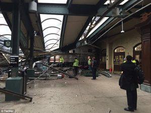 Τρένο εκτροχιάστηκε και έπεσε σε αποβάθρα του σταθμού Χόμποκεν! 3 νεκροί και πάνω από 100 τραυματίες