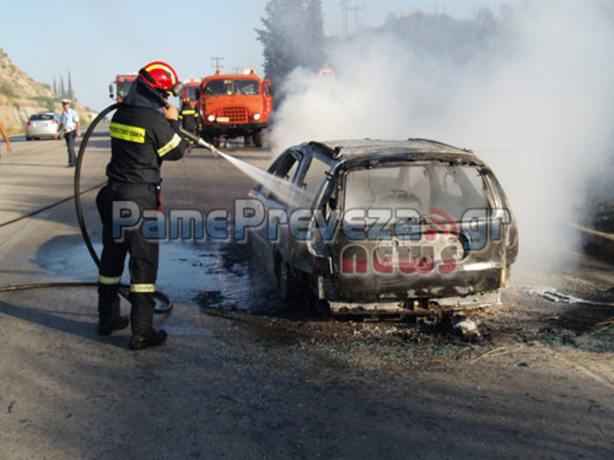 Πρέβεζα:Κατάφεραν να βγουν πριν εκραγεί το αυτοκίνητό τους-Φωτό και βίντεο!   Newsit.gr