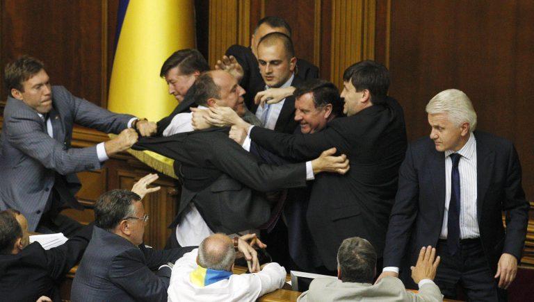 Έπαιξαν ΠΟΛΥ ξύλο στη Βουλή! Δείτε το video | Newsit.gr