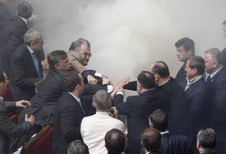 Καπνογόνα και αυγά στη βουλή της Ουκρανίας | Newsit.gr