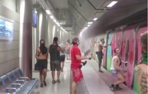 Γερμανοί βάφουν με σπρέι βαγόνι του μετρό στην Αθήνα [vid]