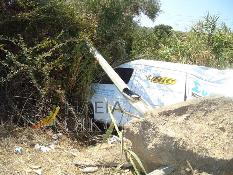 Ηλεία: Βαν ξερίζωσε κολώνα φωτισμού! Ο οδηγός γλίτωσε με γρατζουνιές | Newsit.gr