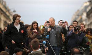 Ο Βαρουφάκης διαδηλώνει στο Παρίσι κατά του Ολάντ (και αποθεώνεται) – ΒΙΝΤΕΟ, ΦΩΤΟ