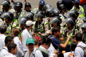Κι άλλος νεκρός διαδηλωτής στη Βενεζουέλα από πυρά αστυνομικών! Σκληρές εικόνες