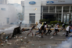 Βενεζουέλα: Δακρυγόνα, συγκρούσεις, κάλεσμα σε επανάσταση και… αλλαγή Συντάγματος! [pics, vids]