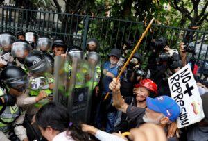 Βενεζουέλα: Δακρυγόνα και επεισόδια σε συγκέντρωση… συνταξιούχων! [pics]
