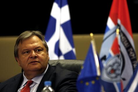 «Μαλλιά-κουβάρια» στο ΥΕΘΑ για το κλείσιμο στρατοπέδων, λόγω Πετσάλνικου | Newsit.gr