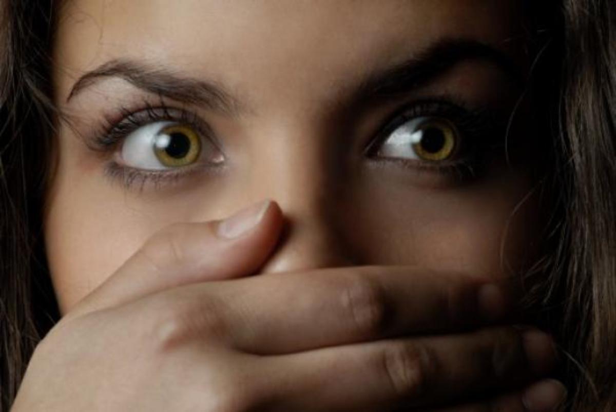 Με βίαζε και μου έστελνε πελάτες για… να μην κάνει κακό στο παιδί μου!