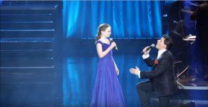 12χρονο κοριτσάκι τραγουδά με διάσημο καλλιτέχνη και η φωνή της τον γονατίζει… [vid]