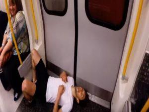 Viral: Κατεβαίνει στη στάση μετρό και προλαβαίνει την επόμενη τρέχοντας! [vid]
