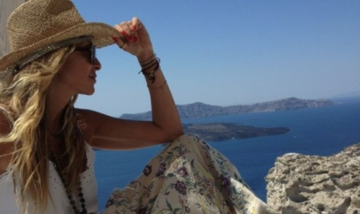 Α. Βίσση: Στη Σαντορίνη μετά το ξέφρενο γλέντι με τον Α. Κανάκη! Φωτογραφίες | Newsit.gr
